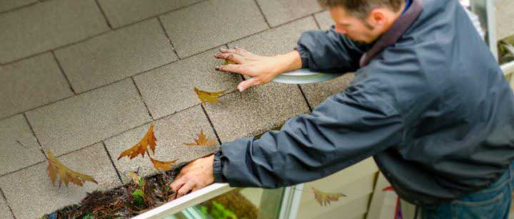 gutter-cleaning-by-hand