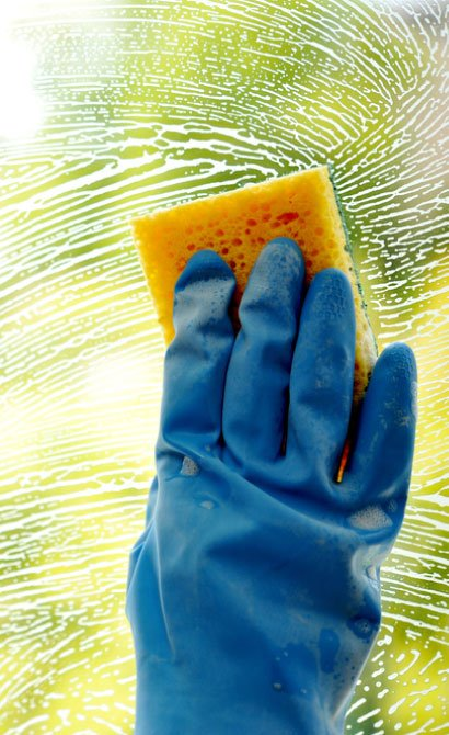 using-sponge-on-window-cleaning
